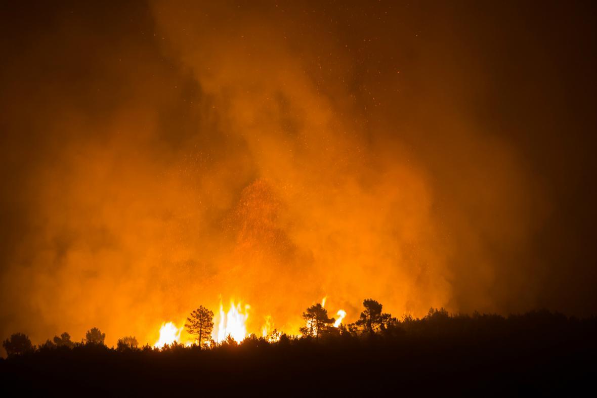 Lesní požár na chorvatském poloostrově Pelješac