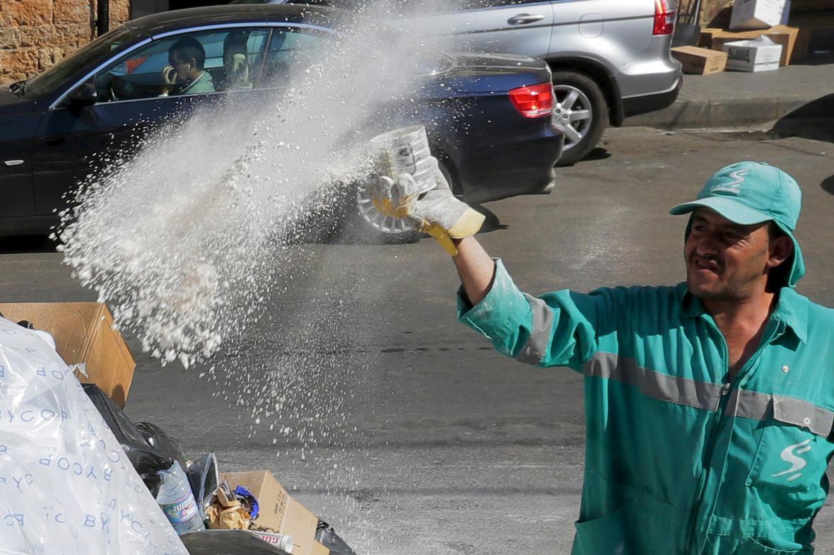V Bejrútu posypávají odpadky v ulicích prostředky proti potkanům