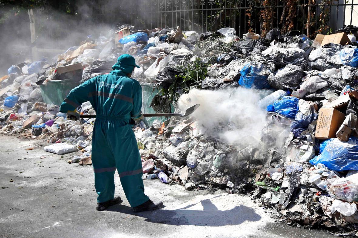 Hromady odpadků v ulicích Bejrútu