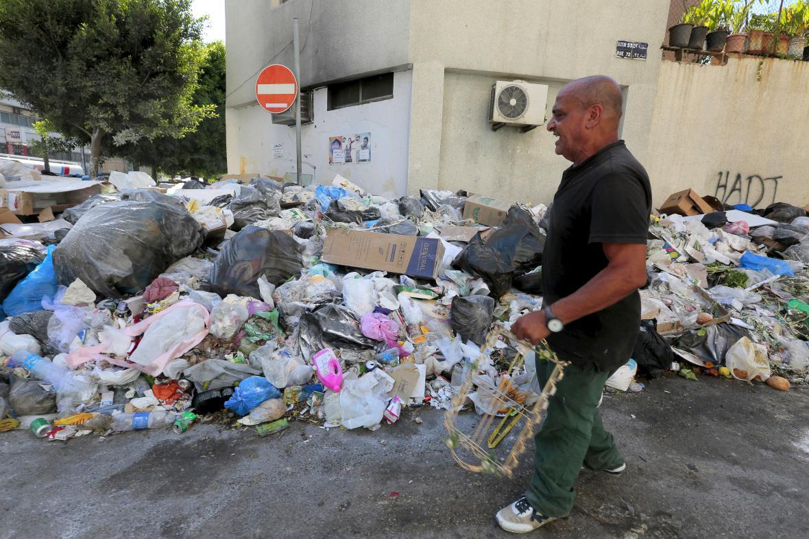 V ulicích Bejrútu se vrší odpadky