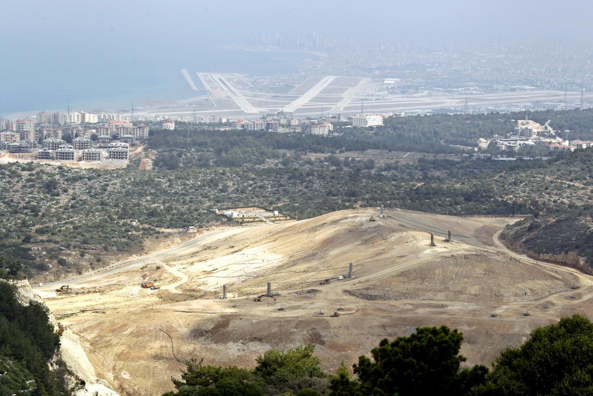 Skládka Náama, v pozadí bejrútské letiště