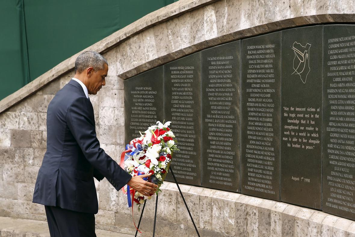 Obama pokládá věnec u památníku na místě bývalé ambasády USA