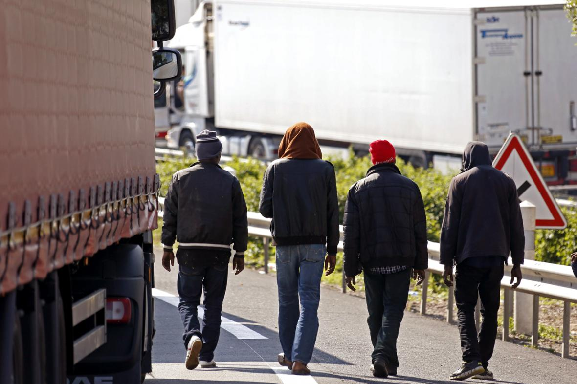 Migranti u kolony kamionů v Calaias