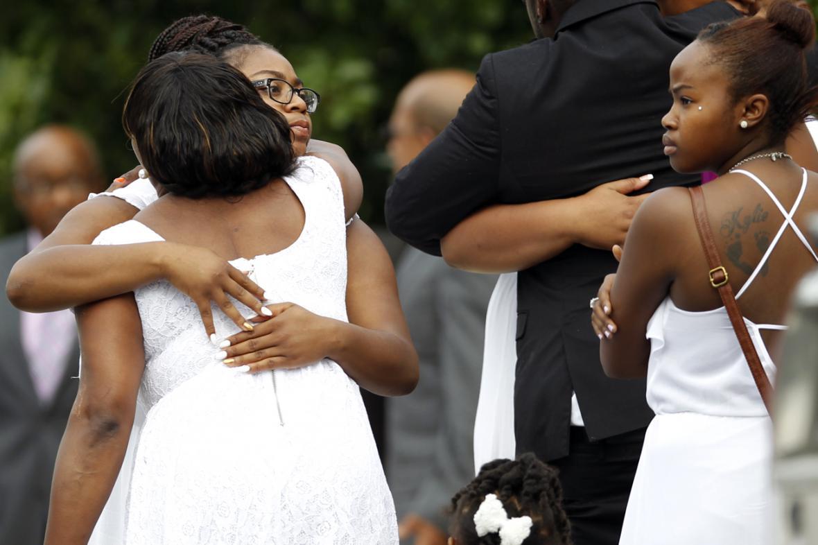 Smuteční hosté na pohřbu Sandry Blandové