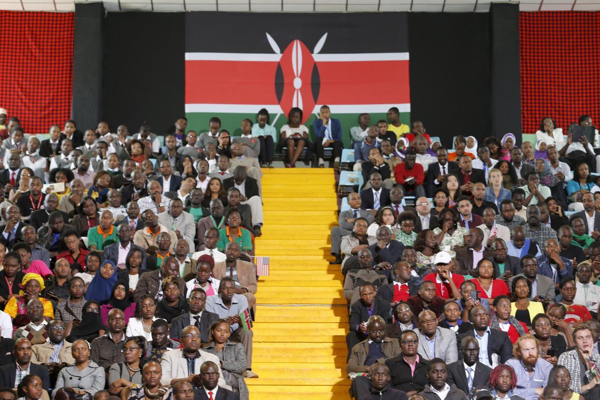 Keňané naslouchají Obamově projevu na stadionu v Nairobi