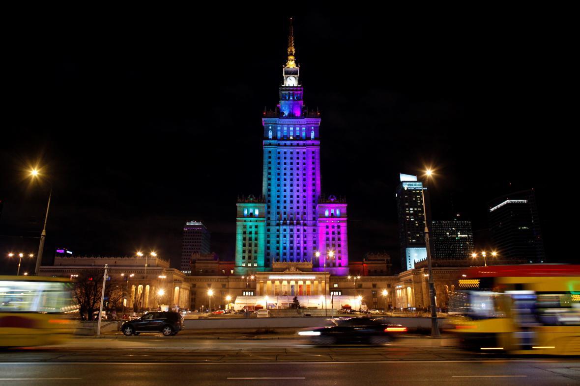Barevně nasvícený Palác kultury a vědy ve Varšavě