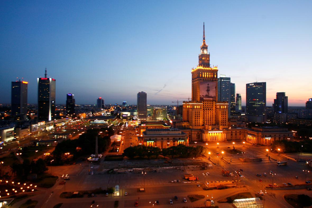 Večerní Varšava v popředí s Palácem kultury a vědy