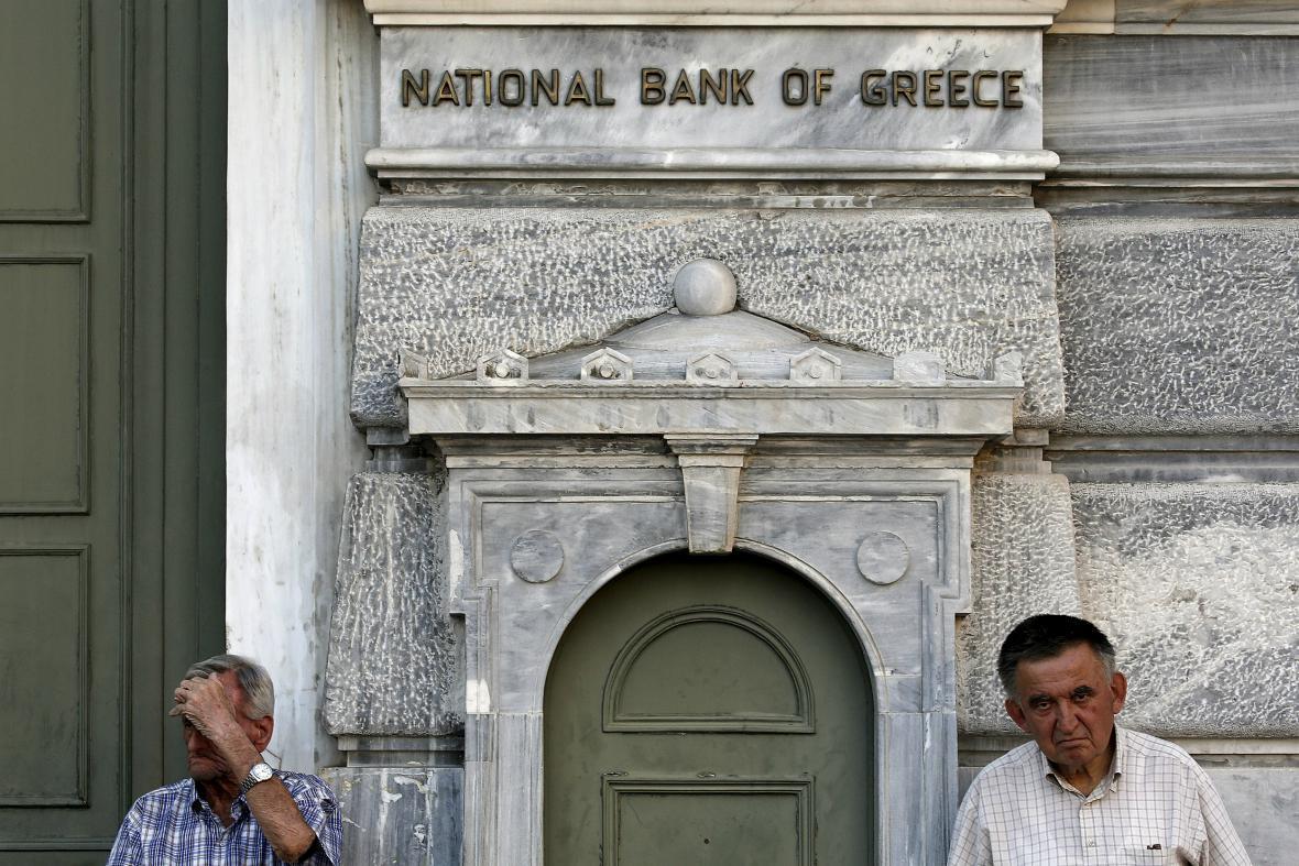 Řekové bezmocně čekají před zavřenými bankami
