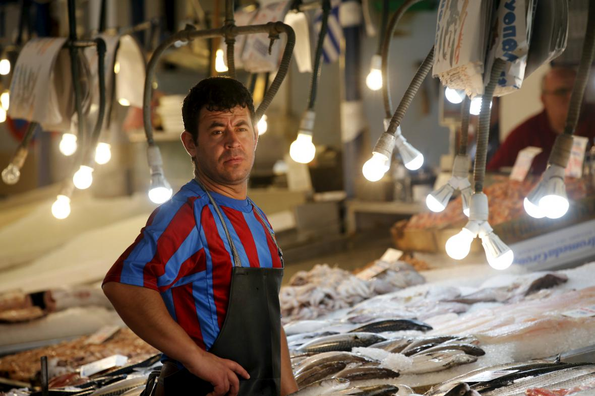 Prodejce ryb v centru Atén čeká na zákazníky