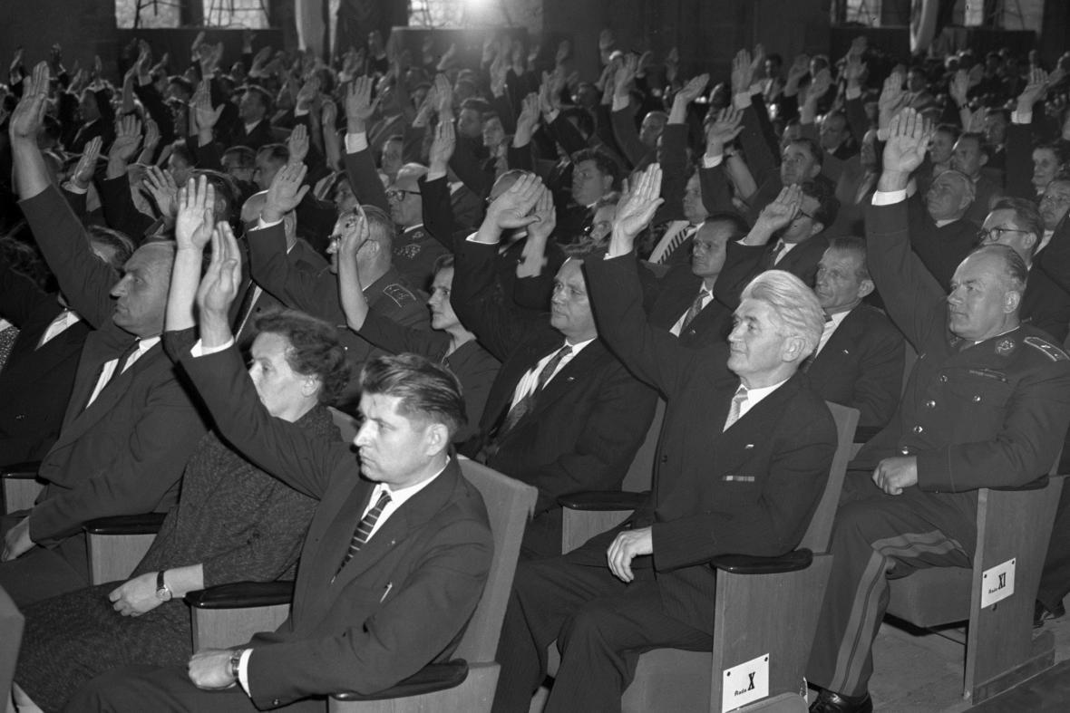 Poslanci Národního shromáždění hlasují o přijetí nové ústavy