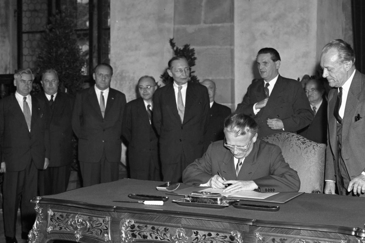 Prezident Antonín Novotný podepisuje novou ústavu ČSSR (1960)