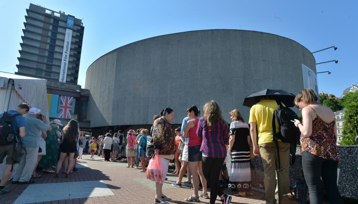 Festivaloví návštěvníci při čekání na lístky u Thermalu