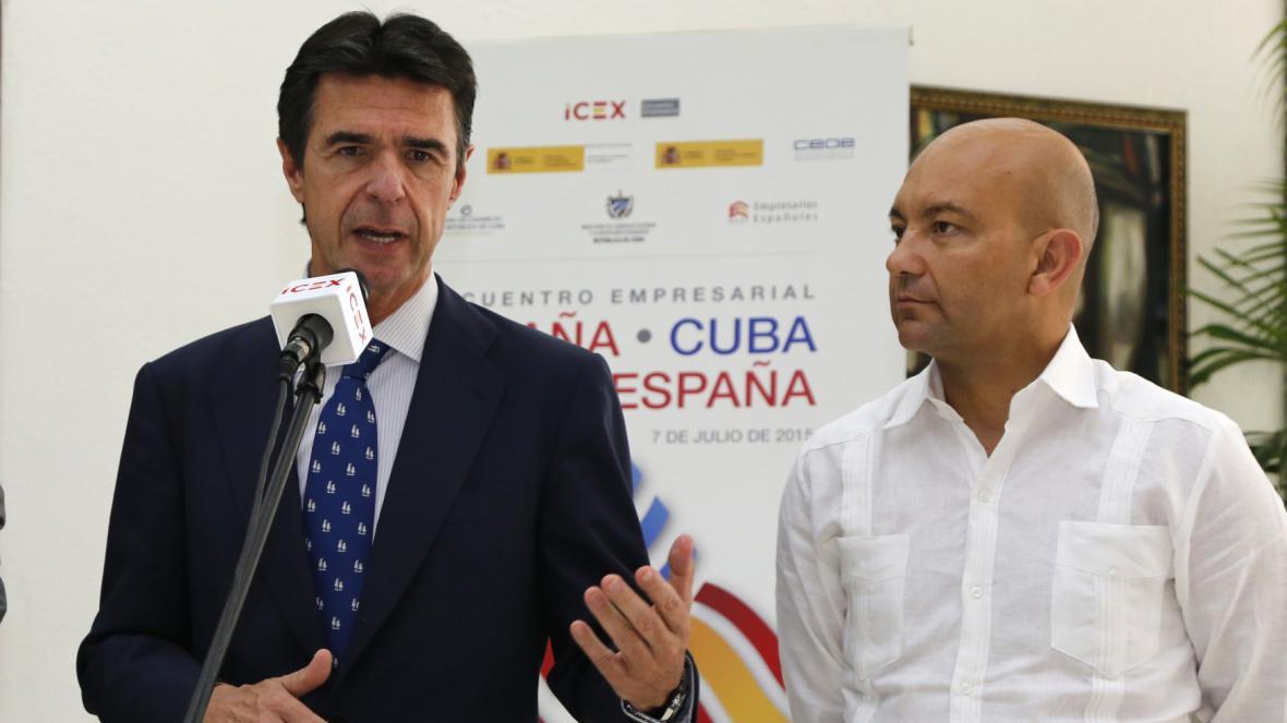 Italský ministr Jose Manuel Soria a španělský státní sekretář Jaime Garcia Legaz při návštěvě Kuby