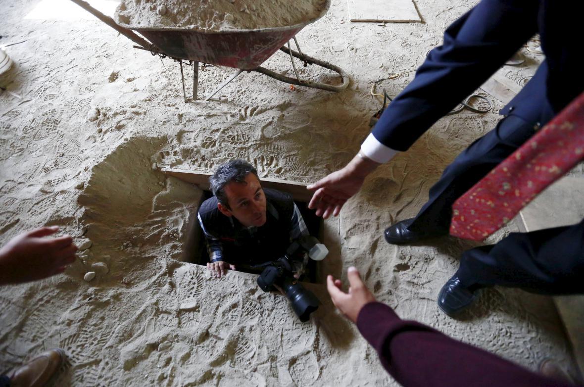 Fotograf, který si zkouší projít Guzmánovým tunelem