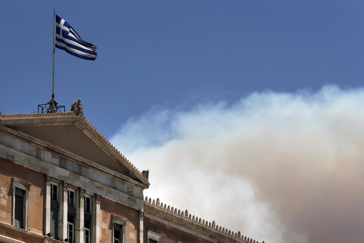 Řecký parlament a kouř z požárů v okolí Atén