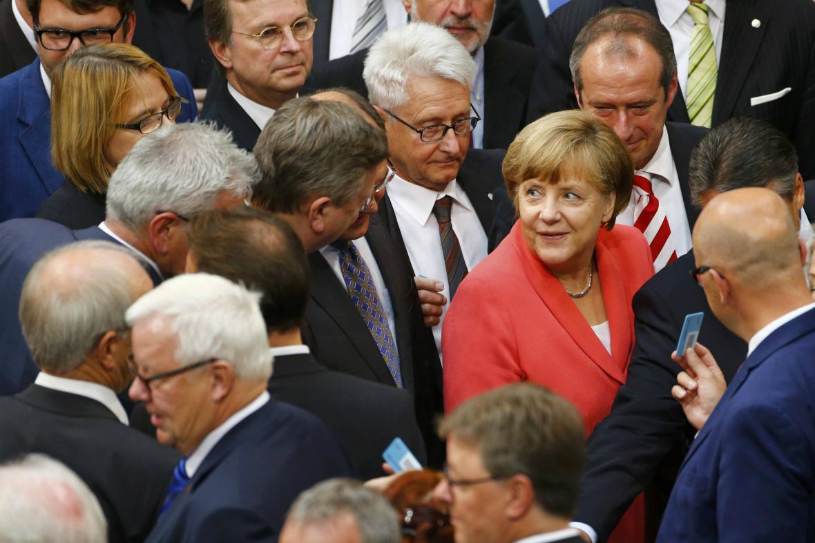 Němečtí poslanci dali vládě souhlas s jednáním o další pomoci Řecku