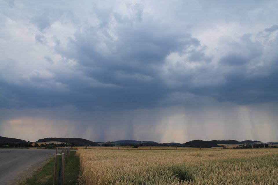 Blížící se bouřková oblačnost na Olešnicku