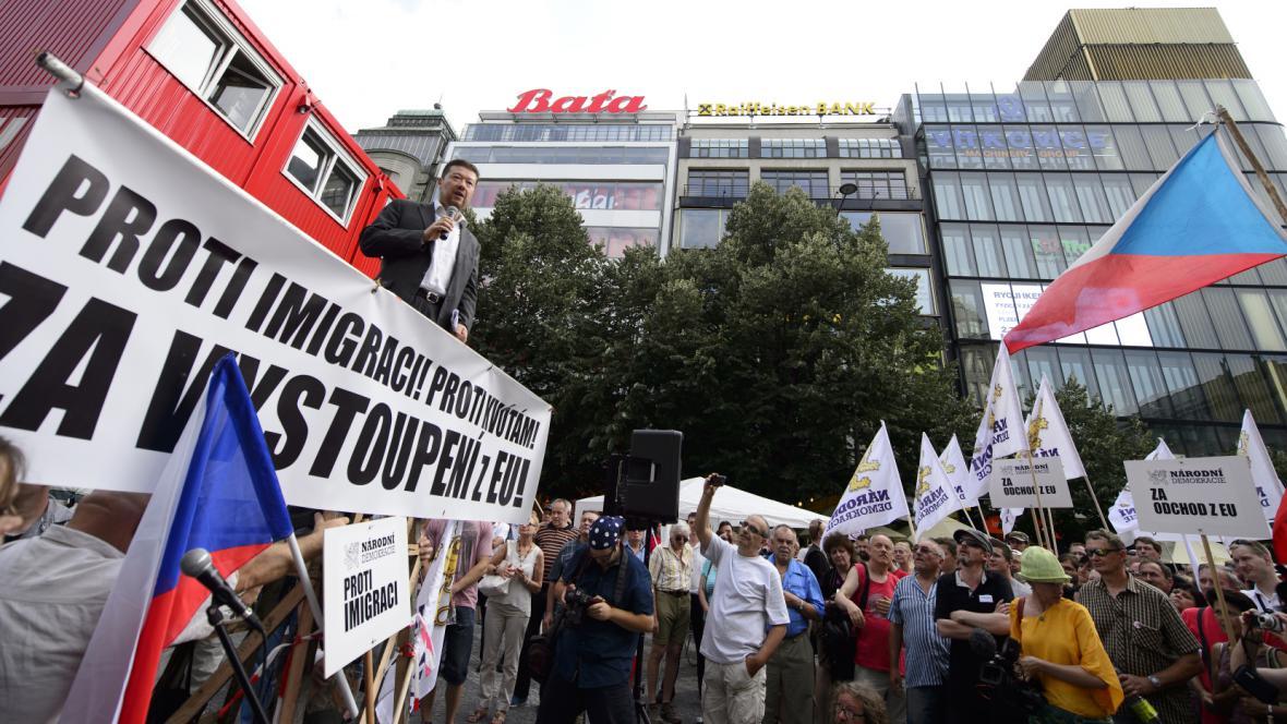 Tomio Okamura na demonstraci proti uprchlíkům