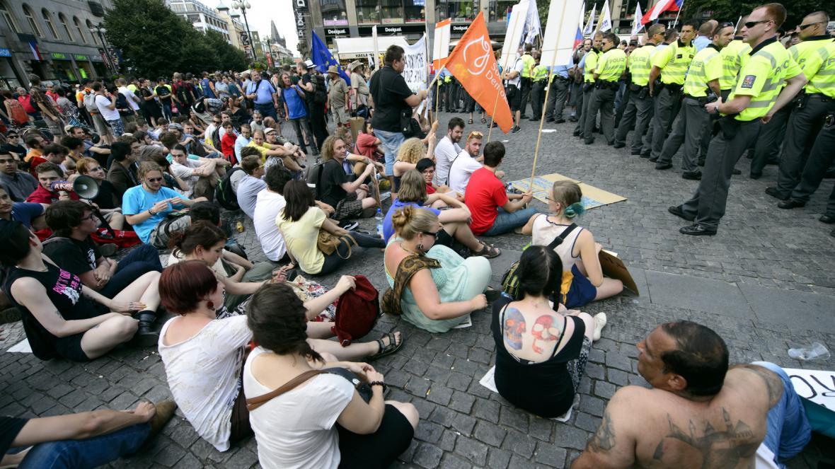 Odpůrci demonstrace Národní demokracie se snažili zabránit jejímu pochodu