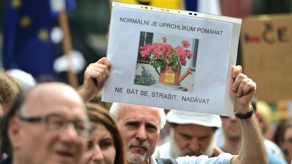 Asi stovka lidí vyjádřila svou solidaritu s uprchlíky