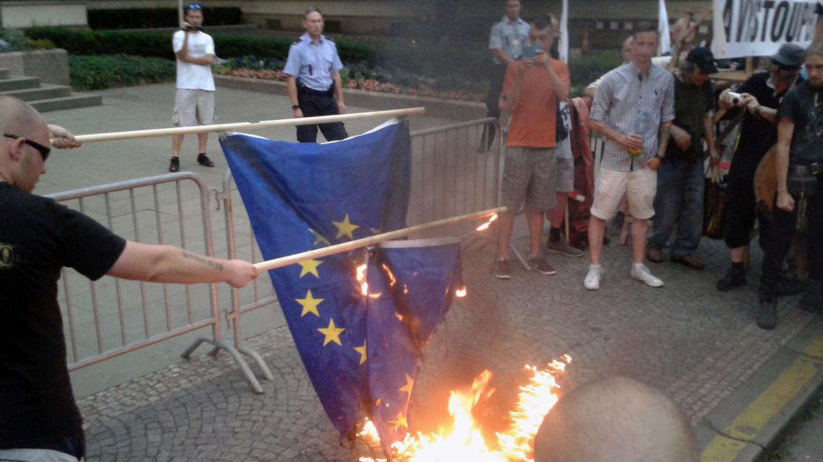 Demonstranti zapálili před Úřadem vlády několik vlajek EU