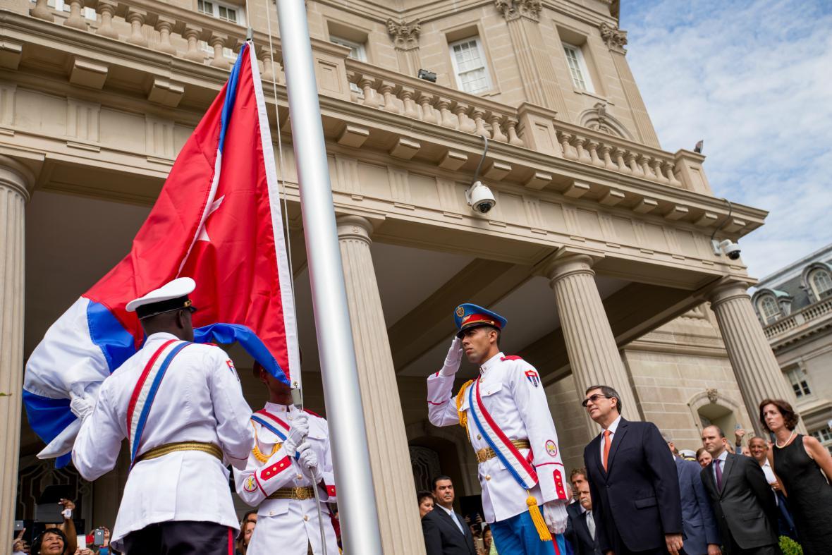 Kubánský ministr zahraničí Rodríguez přihlíží vyvěšení kubánské vlajky ve Washingotnu