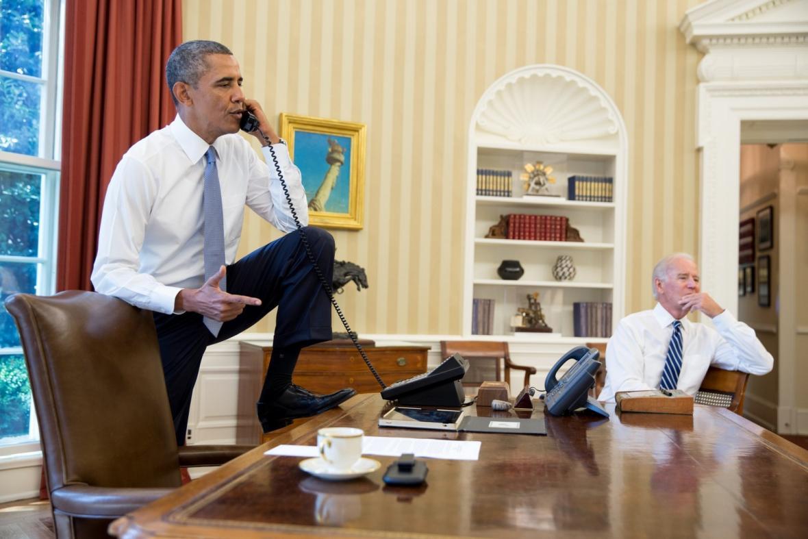 Barack Obama a Joe Biden při práci