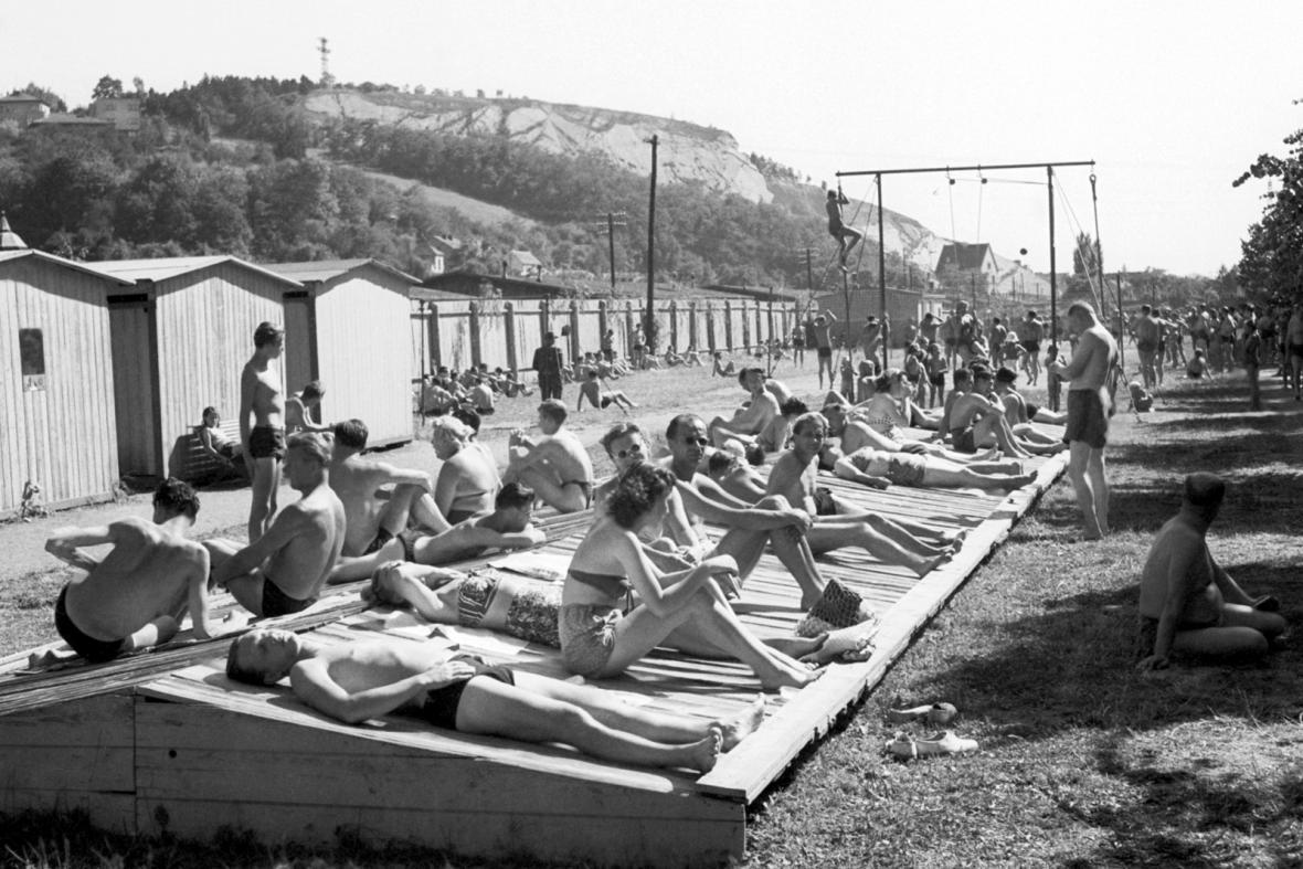 Z vltavských plováren přežily do dneška pouze Žluté lázně