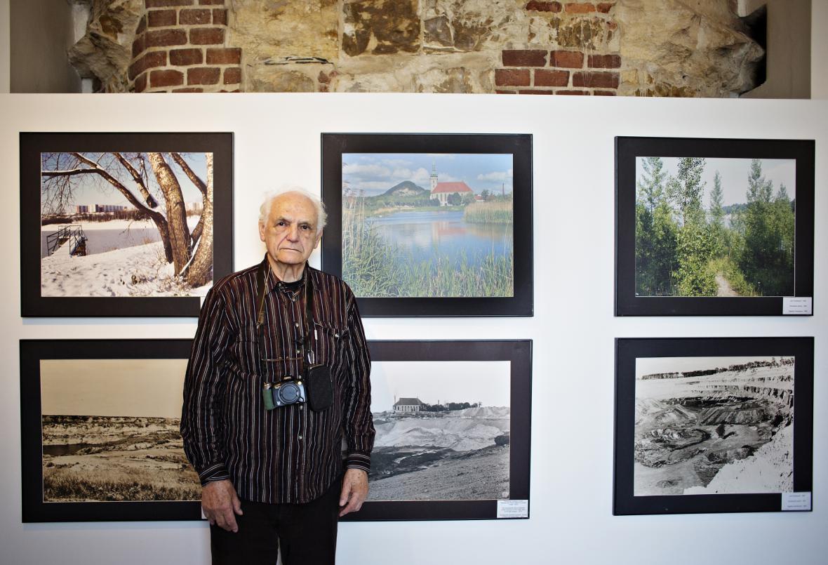 Stanislav Štýs na výstavě svých snímků na Pražském hradě