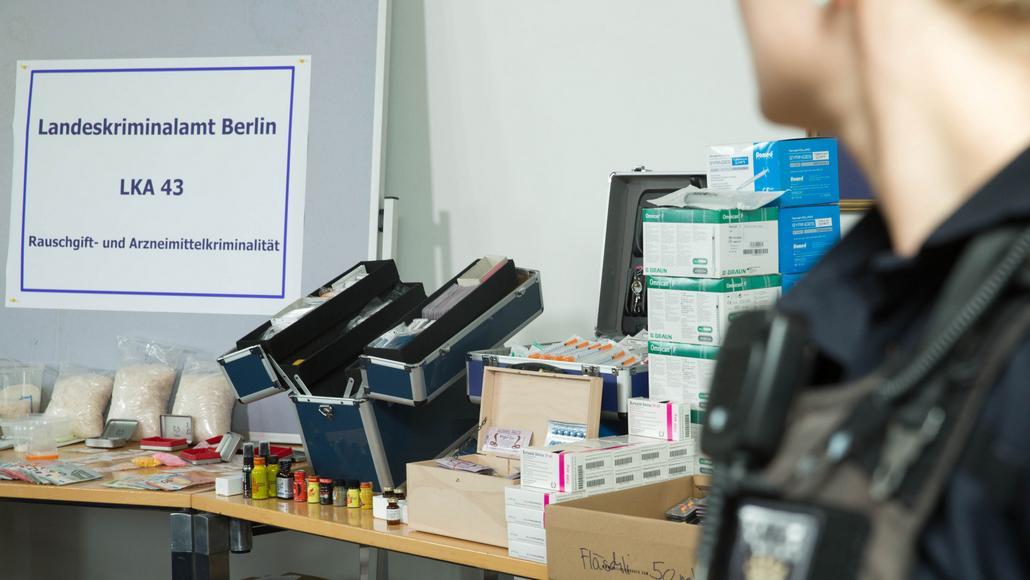 Část zabavených věcí při berlínské razii