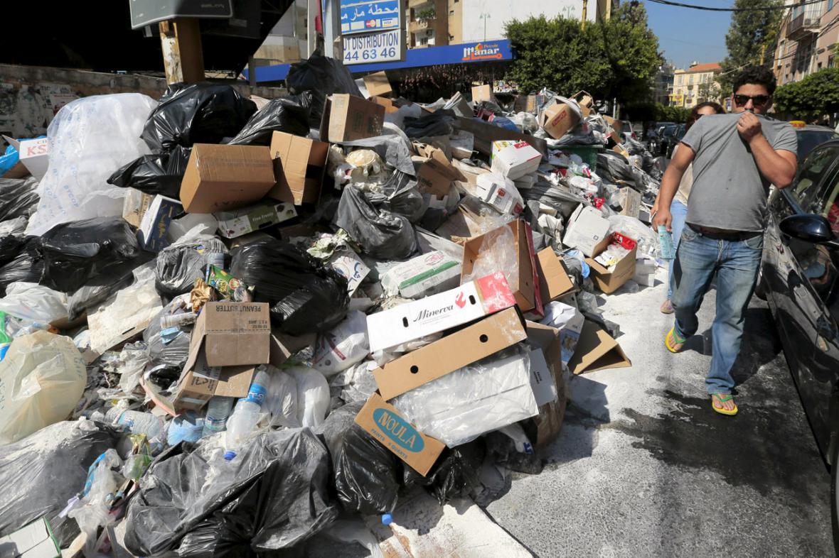Obyvatele Bejrútu obtěžuje zápach z tun odpadků v ulicích