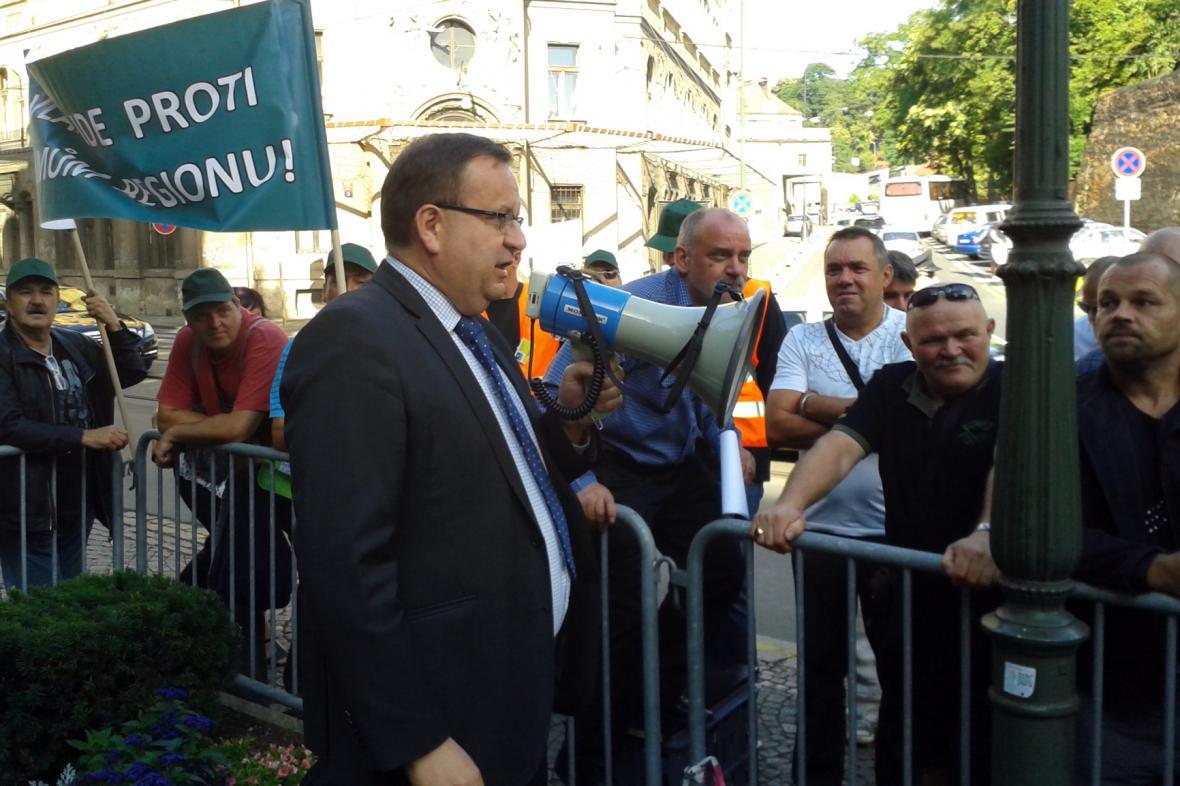 Ministr průmyslu Jan Mládek (ČSSD) hovoří k horníkům demonstrujícím před úřadem vlády