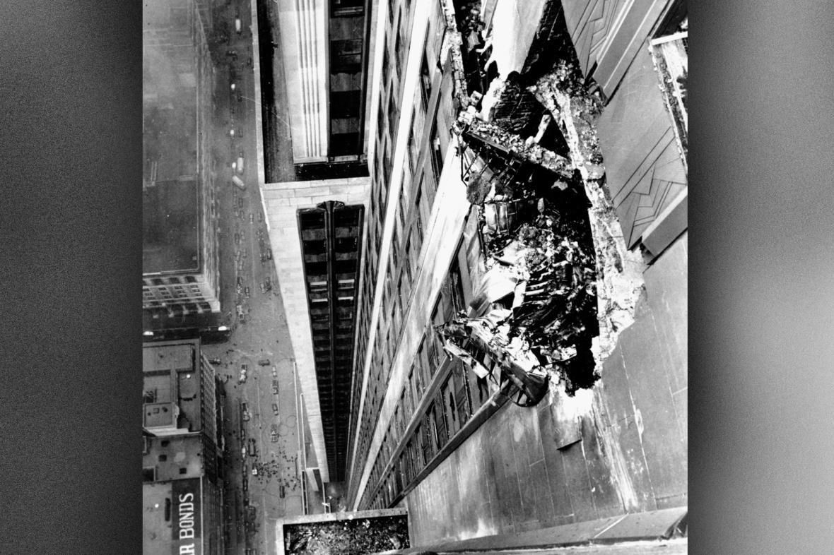 Trosky bombardéru B-25 čnějící z mrakodrapu Empire State Building