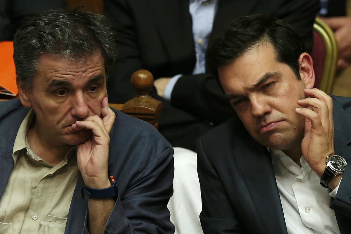Řecký ministr financí Tsakalotos sleduje společně s premiérem Tsiprasem parlamentní diskusi