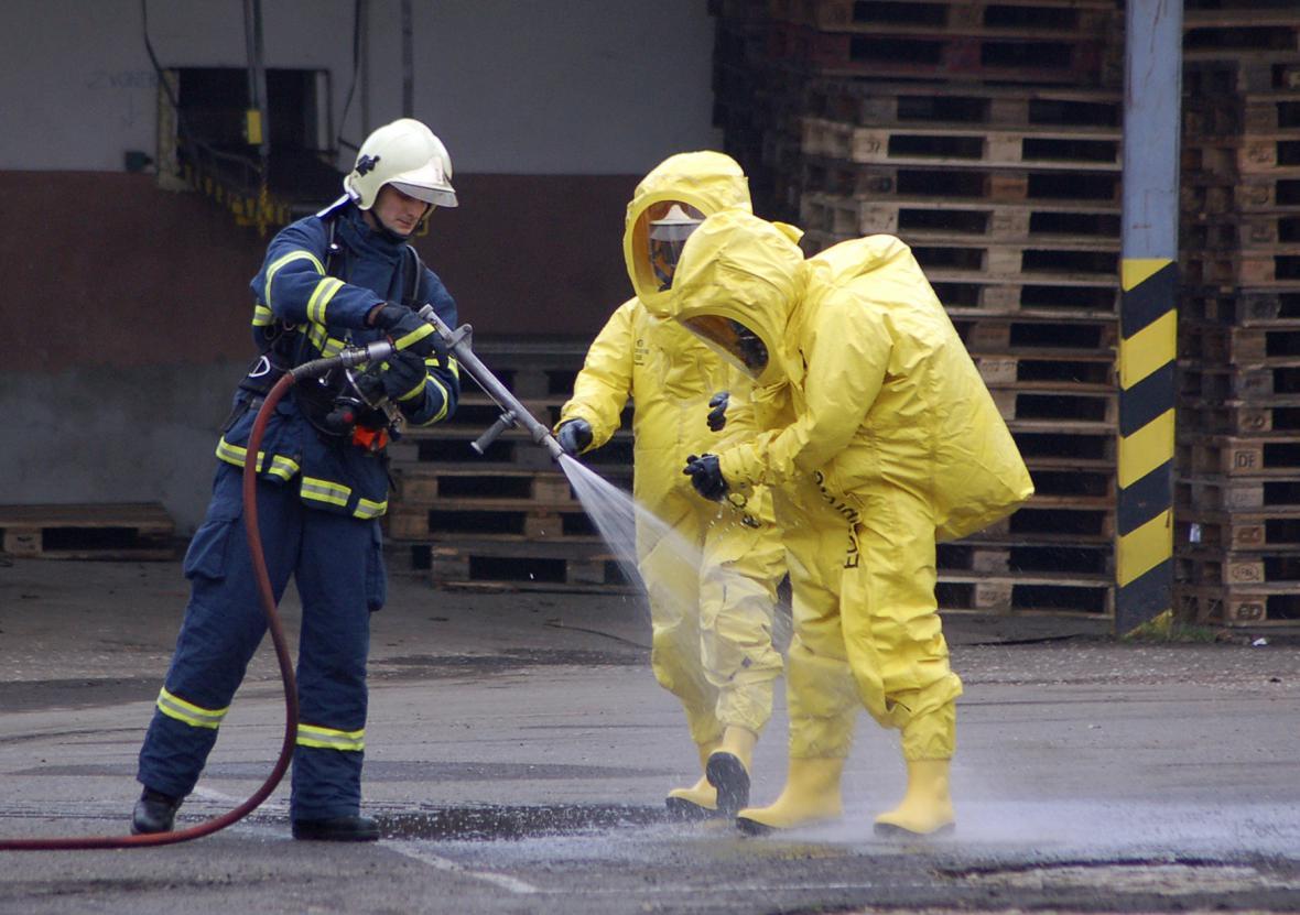 Hasiči v chemických oblecích