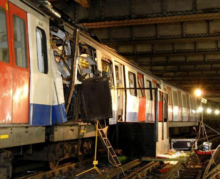 Poničené metro u stanice Aldgate