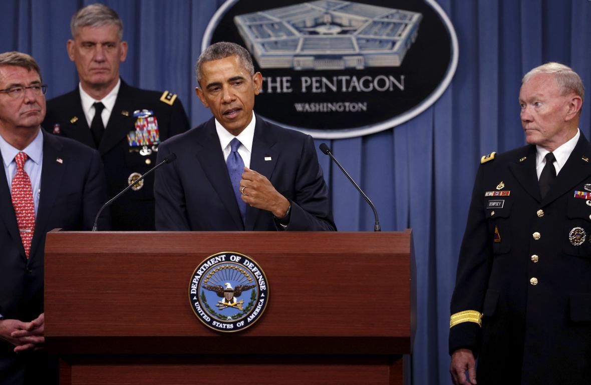 Prezident USA Barack Obama při projevu v Pentagonu (úplně vlevo ministr obrany Ash Carter)