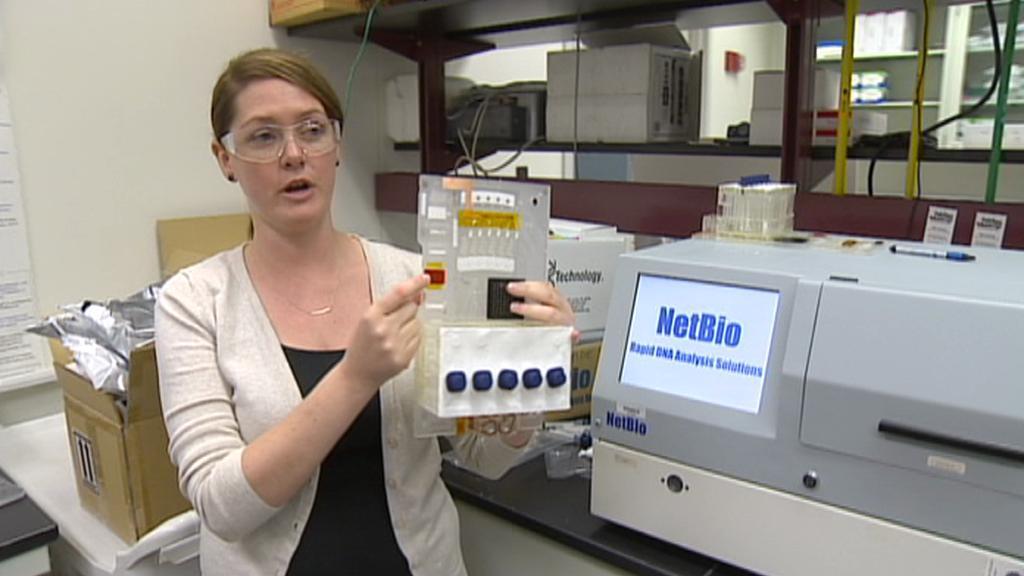Bioložka NIST Erica Romsosová s přístrojem pro analýzu DNA