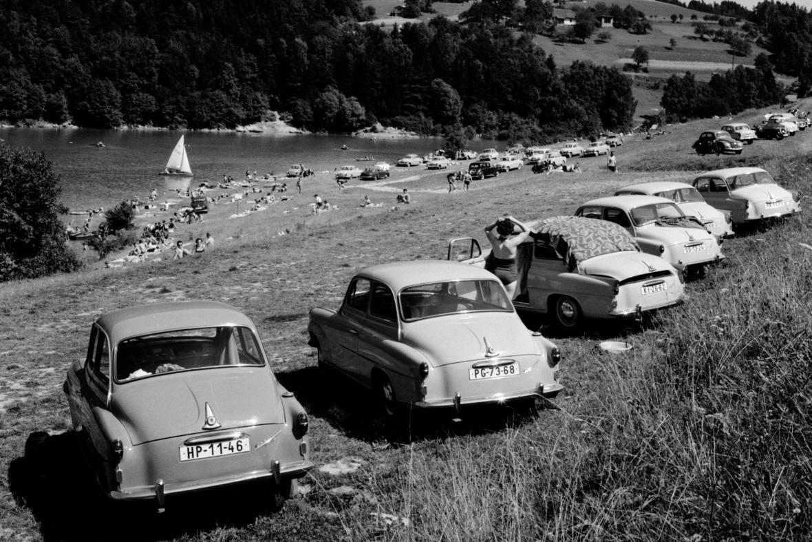 Auta rekreantů u přehrady Bystřička (1962)
