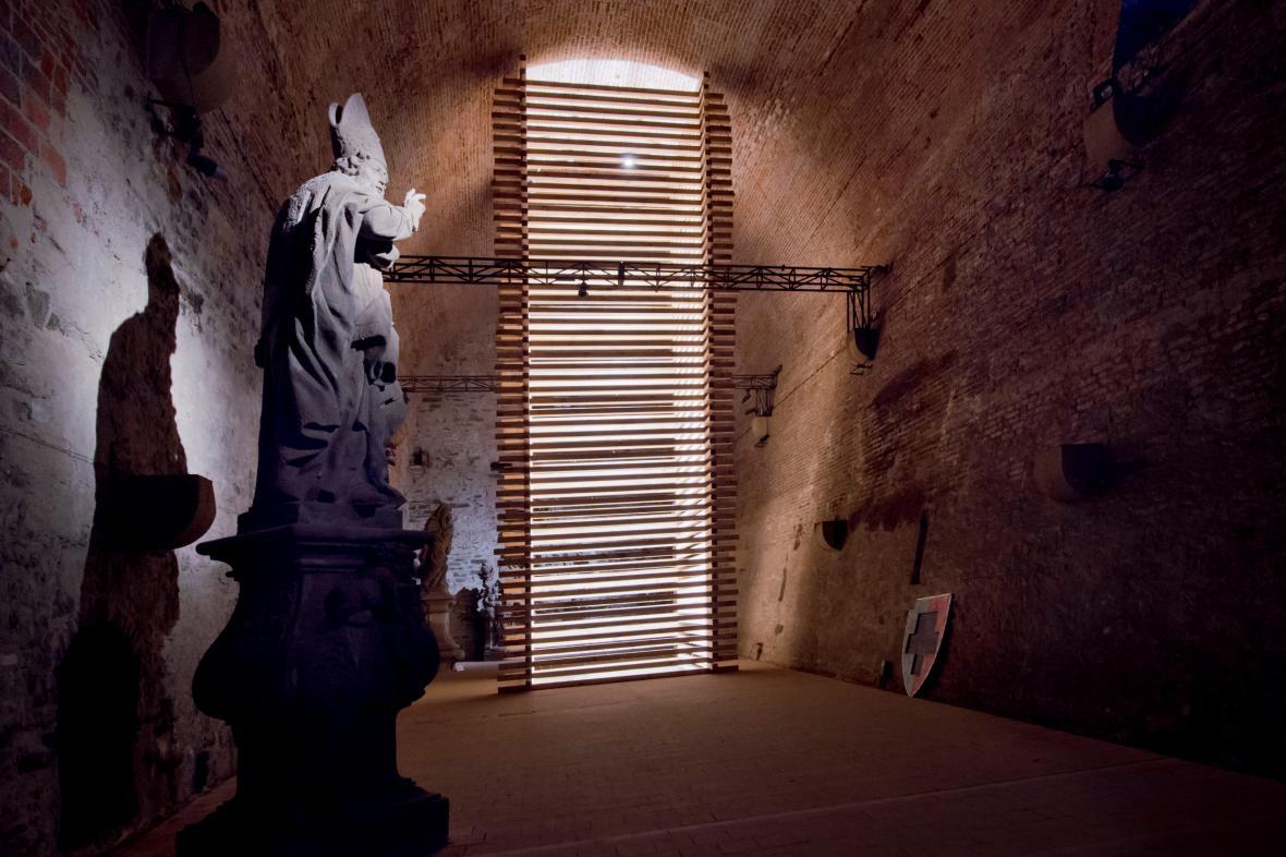 Dočasný památník Jana Husa ve sklepích Vyšehradu
