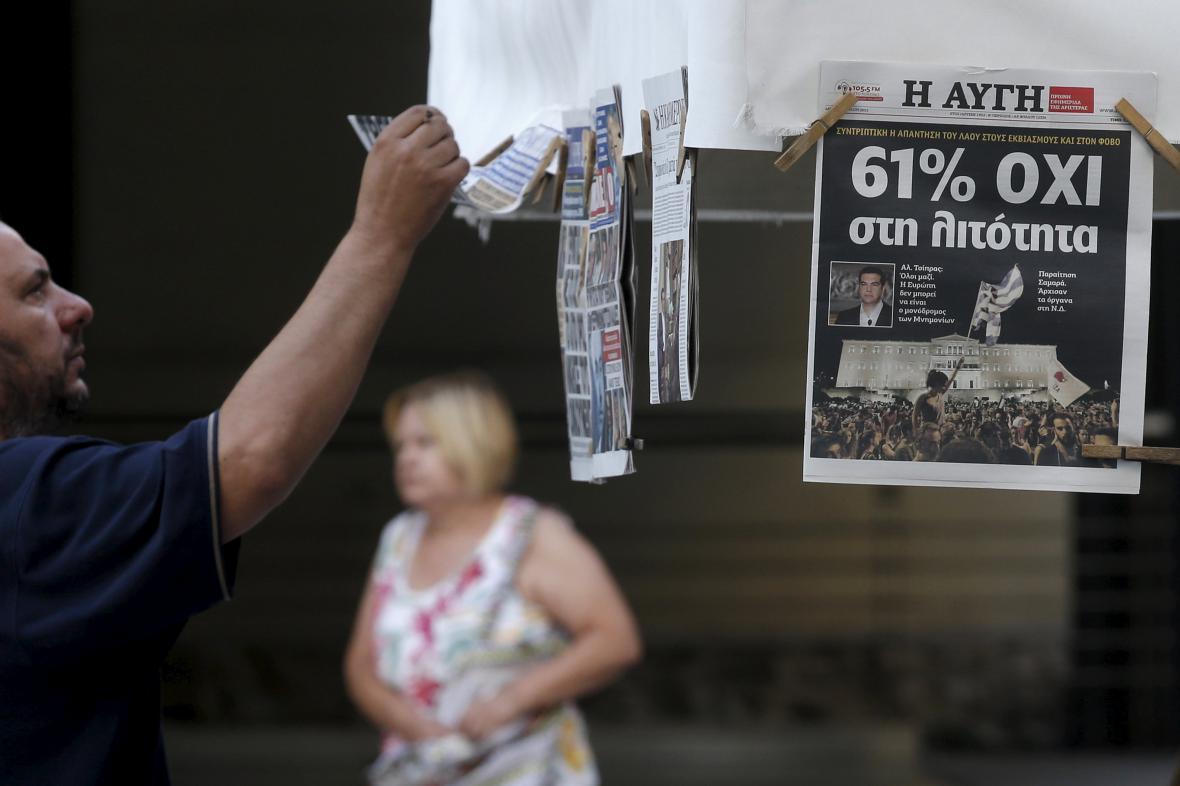 Muž studující výsledky řeckého referenda