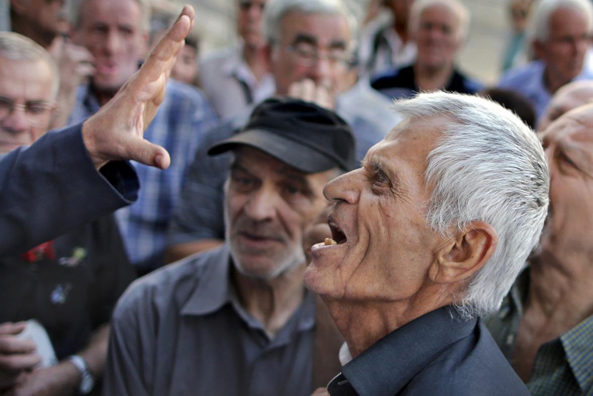 Hádka před řeckou Národní bankou v Athénách