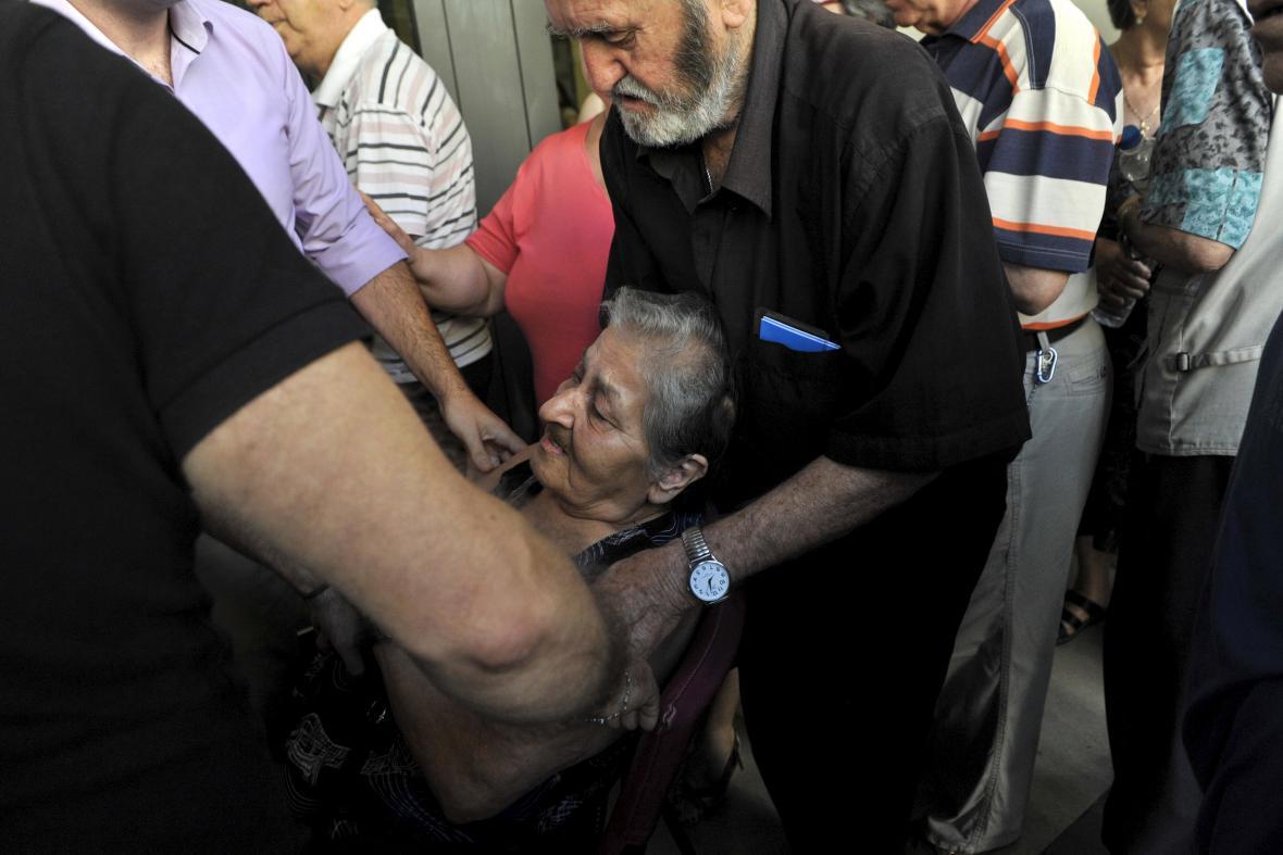Kolaps důchodkyně při čekání na část penze před Eurobankou v Soluni