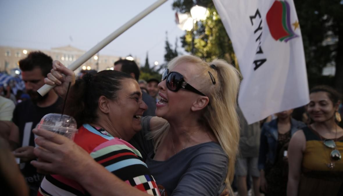 Podporovatelé Syrizy a volby 'ne' v referendu při sčítání výsledků referenda