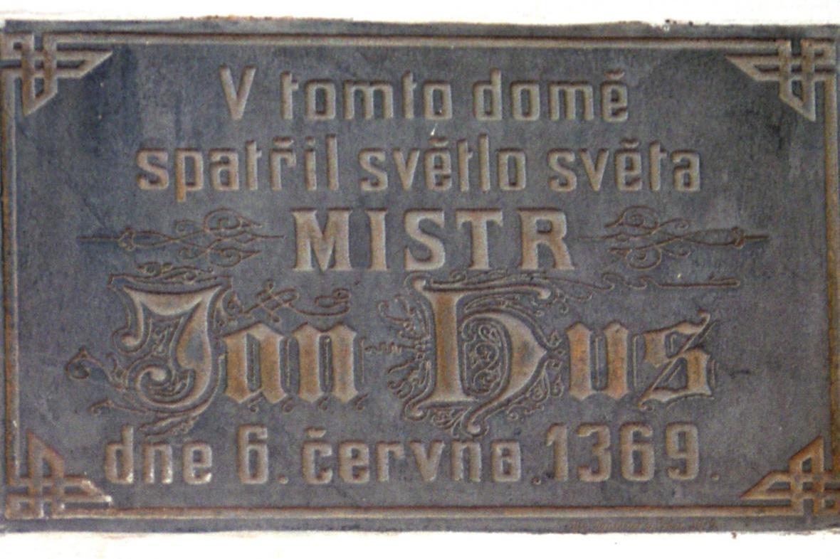 Pamětní deska Mistra Jana na jeho rodném domě v Husinci
