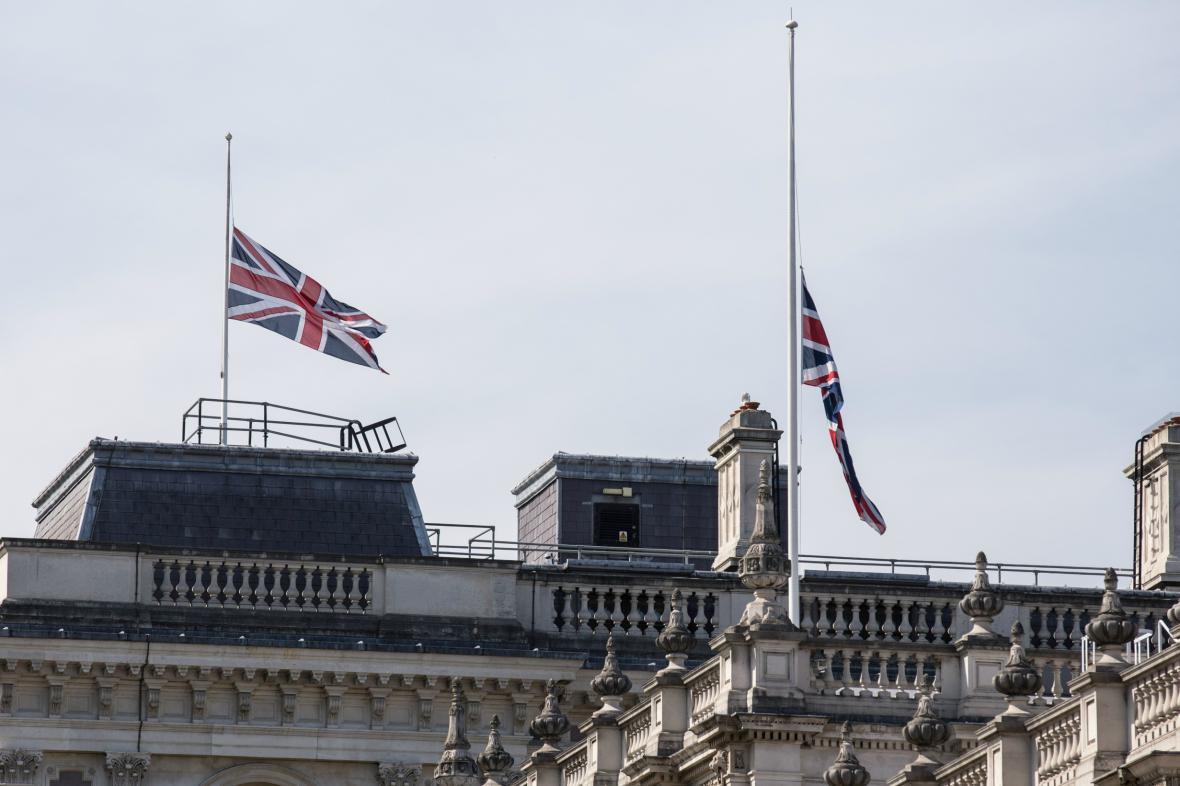 V Británii vlají vlajky na půl žerdi