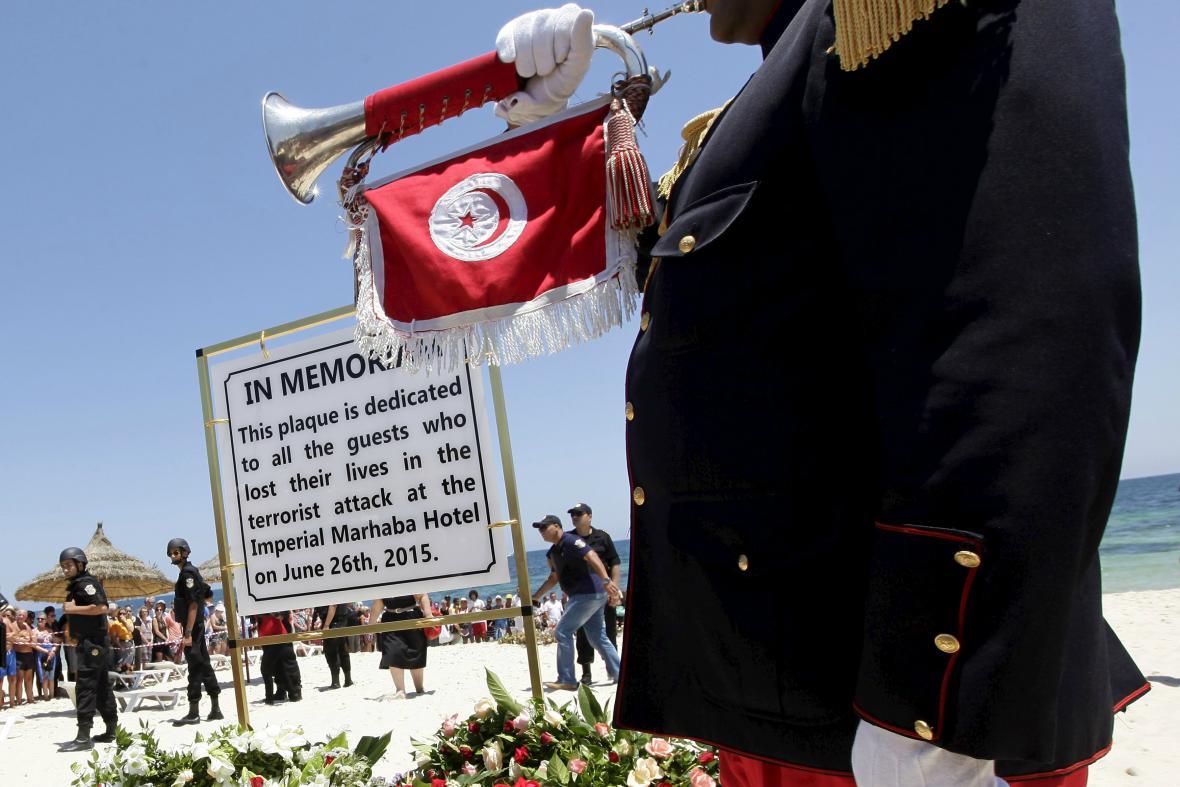 Smuteční ceremoniál na pláži v Sousse