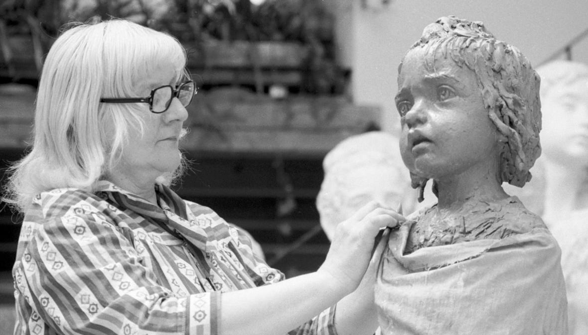 Sochařka Marie Uchytilová - Kučová při práci na návrhu pomníku lidických dětí