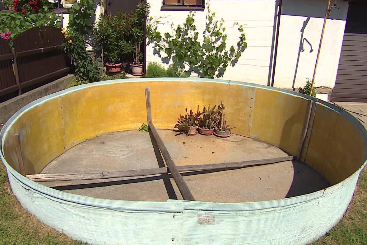 Starostové vydali zákaz zalévání a napouštění bazénů