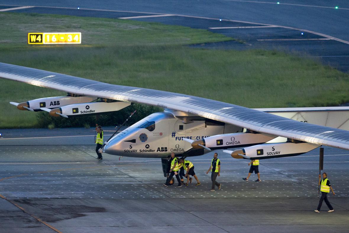 Letoun Solar Impulse 2 na letišti v Nagoji